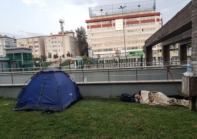 Marmara Denizi Silivri açıklarında meydana gelen 5.8 büyüklüğündeki depremin ardından Güngören ilçesinde evlerine girmeyen bazı vatandaşlar, geceyi parklarda kurdukları çadırlarda geçirdiler.