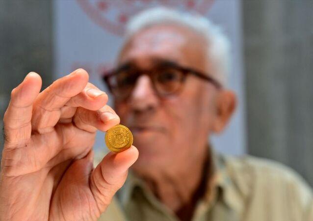 Çanakkale'nin Ayvacık ilçesine bağlı Gülpınar köyündeki Apollon Smintheus Tapınağı'nda yapılan kazılarda,bir evin duvarında bin 700 yıl öncesine ait 68 altın sikke bulundu.