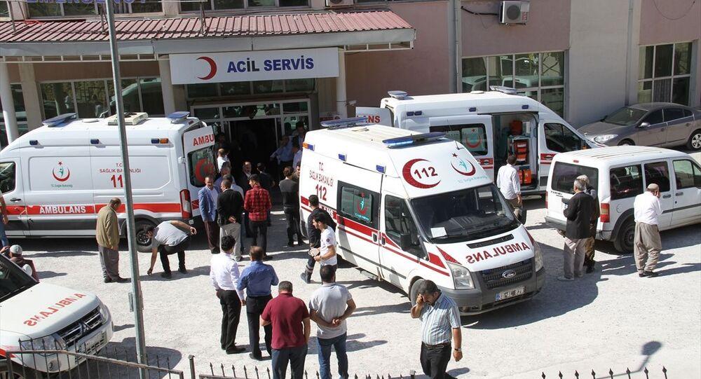 Hakkari'nin Derecik ilçesinde, servis aracının şarampole devrilmesi sonucu 6 öğrenci yaralandı