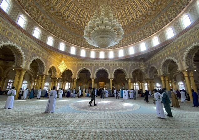 Senegal'in başkenti Dakar'daki Massalikoul Jinaan Camisi, cuma namazıyla ibadete açıldı.