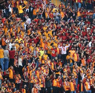 Galatasaraylı taraftarlar, Süper Lig'de Galatasaray ile Fenerbahçe arasında oynanacak derbi maçı önce tribünleri doldurdu.