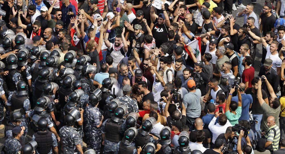 Lübnan'ın farklı yerlerinde bir araya gelen yüzlerce kişi, ülkedeki ekonomik durumun kötüye gitmesine karşı gösteri düzenledi