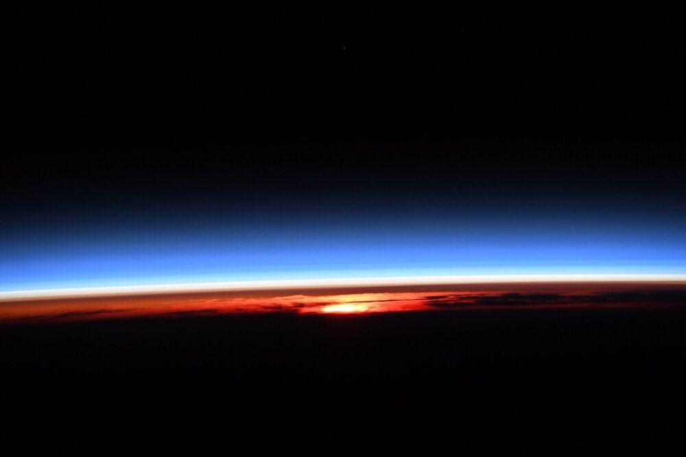 Uluslararası Uzay İstasyonu'ndan görüntülenen gündoğumu anı.