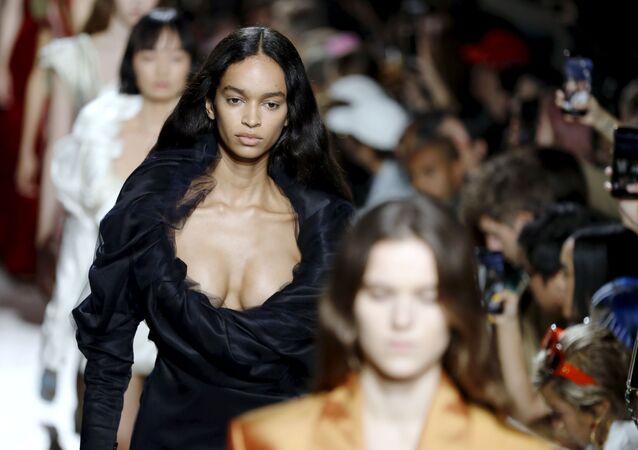 Y/Project markasının yeni koleksiyonunda en dikkat çekici unsurlardan bazı elbiselerin cesur göğüs dekolteleriydi.