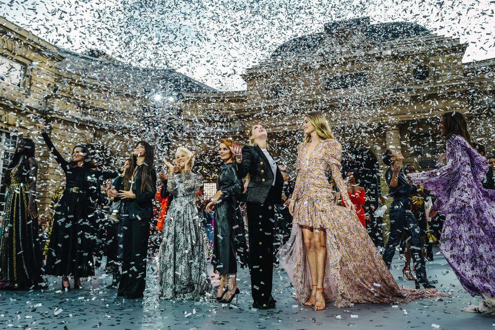 L'Oreal'in Paris Moda Haftası kapsamında düzenlenen defilesinde Eva Longoria, Helen Mirren, Amber Heard gibi pek çok yıldız podyumda yürüdü.
