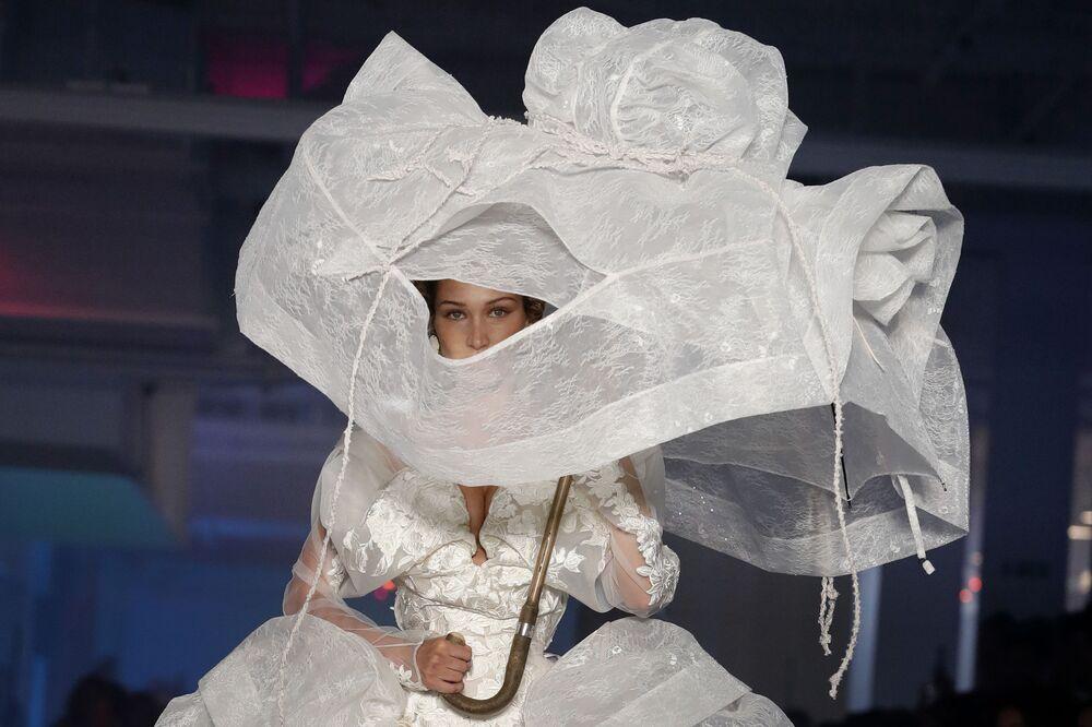 Vivienne Westwood'un defilesine katılan ünlü model Bella Hadid.
