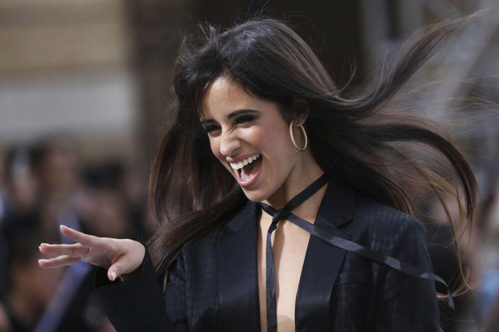 L'Oreal defilesine katılan şarkıcı Camila Cabello.