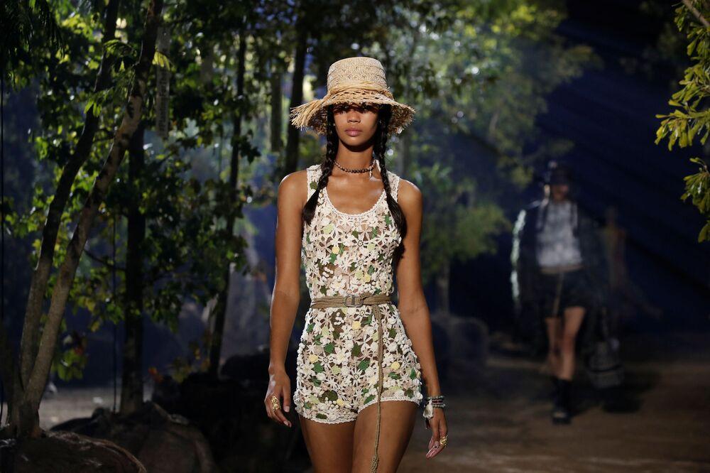 Tasarımcı Maria Grazia Chiuri'nin Dior Moda Evi için tasarladığı yeni koleksiyonun tanıtıldığı defileden bir kare.