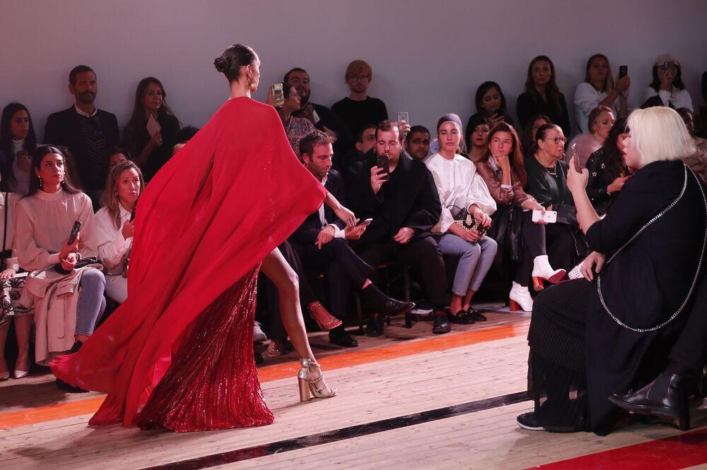 Paris Moda Haftası kapsamında  gerçekleştirilen yenilikçi defileler izleyenlerin yoğun ilgisini çekiyor.