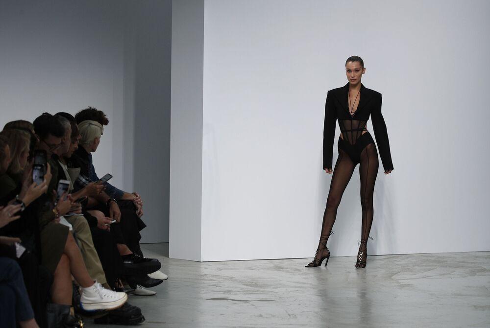 Paris Moda Haftası kapsamında düzenlenen Mugler Ready To Wear  İlkbahar/Yaz 2020 defilesine katılan ünlü Filistin asıllı model Bella Hadid.