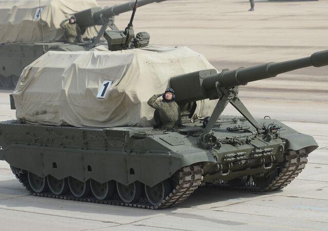 Rusya'nın Moskova bölgesindeki Alabino poligonunda düzenlenen askeri geçit töreni provasında yer alan  2S35 Koalitsiya-SV tipi kundağı motorlu obüs.