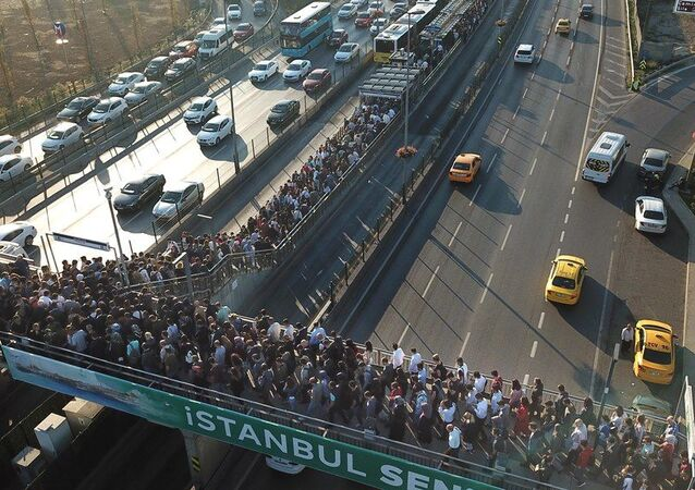 Altunizade'deki metrobüs yoğunluğu