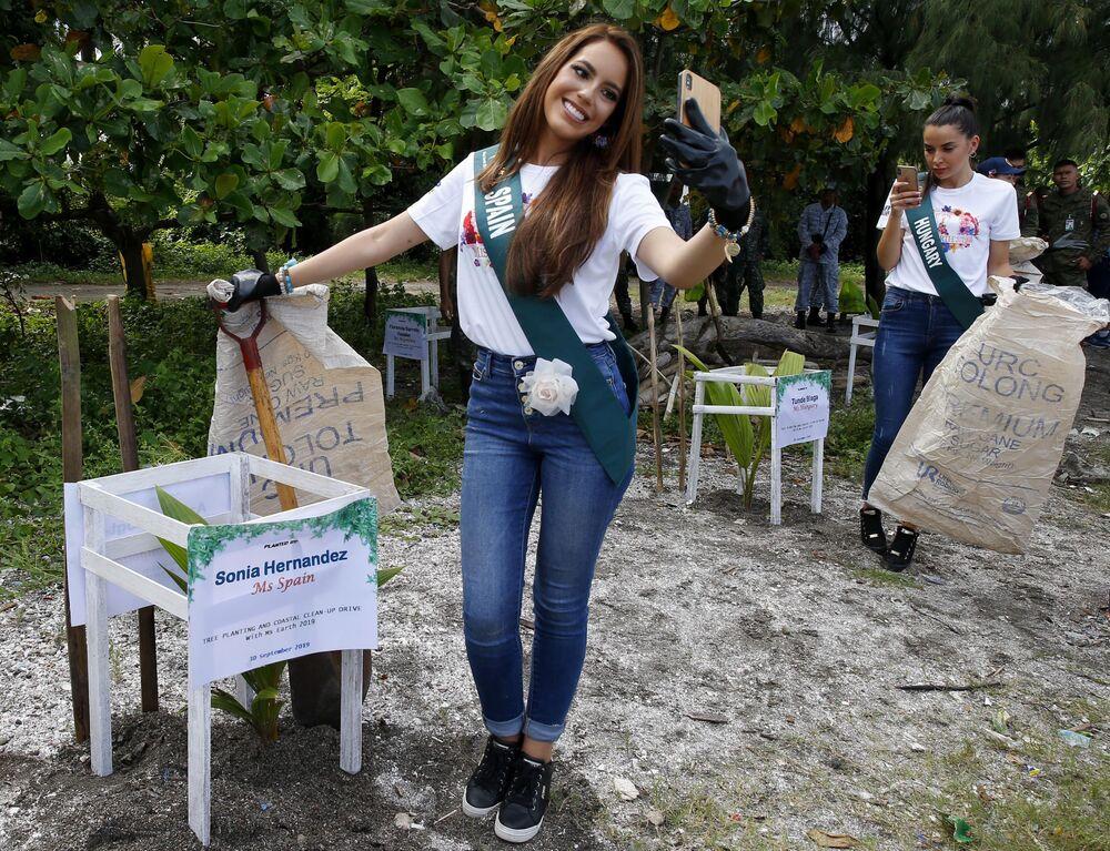 Miss Earth 2019 adayları Manila'da çevre sorunlarına dikkat çekmek amacıyla düzenlenen etkinlik sırasında selfi çekerken...