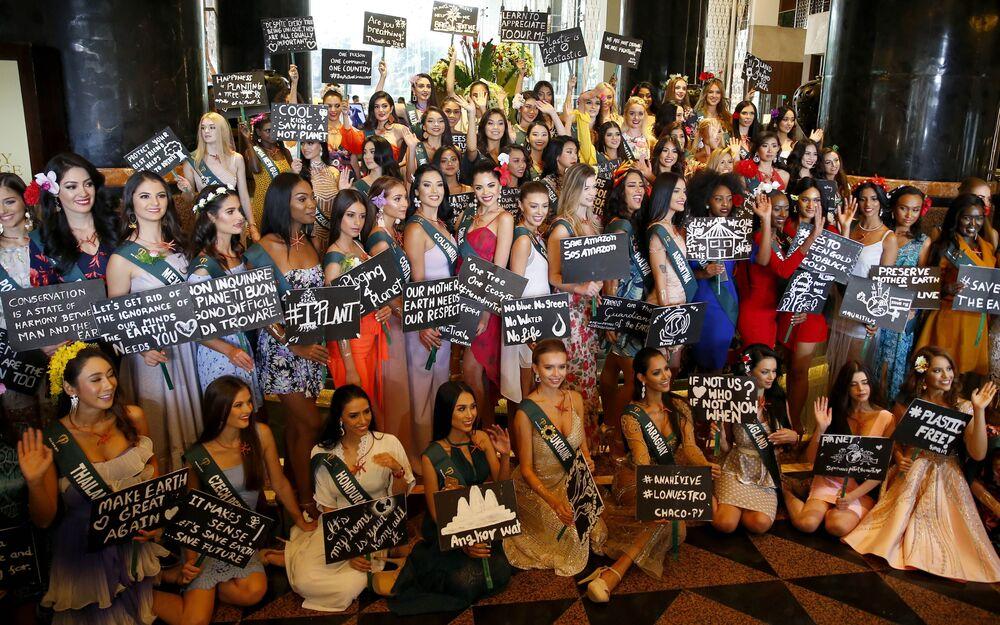 Çevre mesajlarıyla poz veren Miss Earth 2019 adayları.