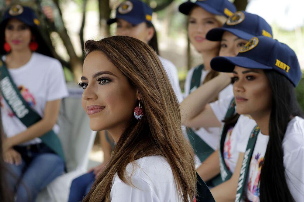 Miss Earth 2019 yarışmasında İspanya'yı temsil edecek güzel Sonia Romeo (ortada), Manila'da düzenlenen çevre etkinliği sırasında.