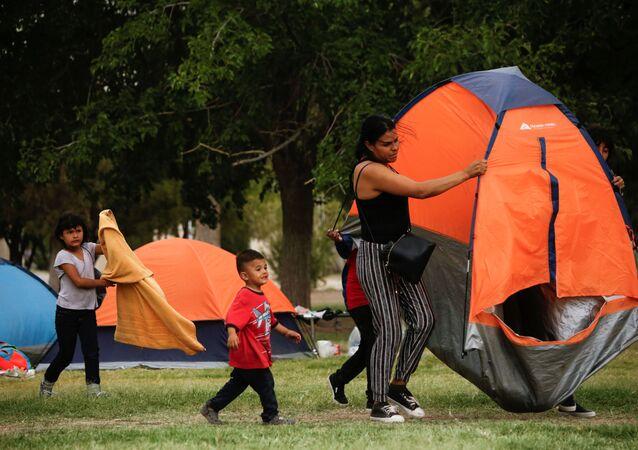 Meksika'daki şiddetten kaçanlar, ABD'ye sığınma başvurusu yapabilmek için Cordova-Americas uluslararası sınır geçişi köprüsü yakınında kamp kurarak bekliyor.