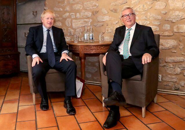 Avrupa Birliği (AB) Komisyonu BaşkanıJean-Claude Juncker ve İngiltere Başbakanı Boris Johnson