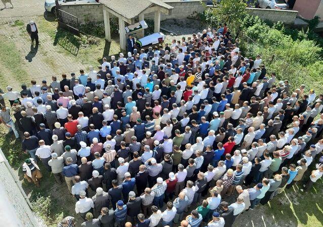 İstanbul'da tedavi gördüğü hastanede yaşamını yitiren komşusu için mezar kazmak isteyen kişi kalp krizi geçirerek yaşamını yitirdi. İki komşu, kılınan cenaze namazının ardından toprağa verildi.