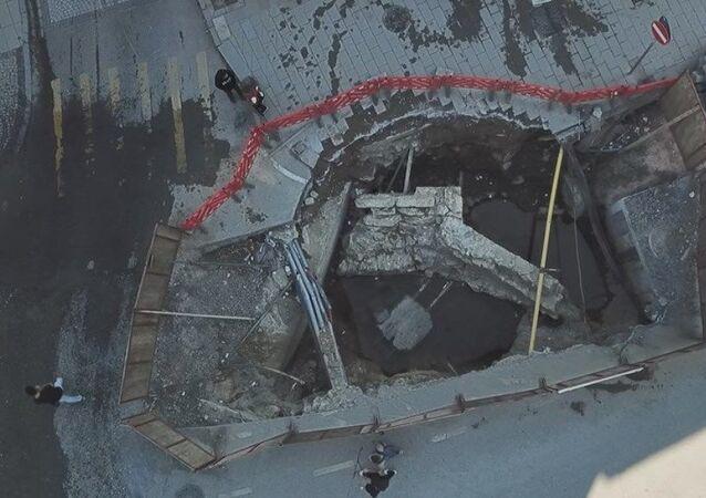 İstanbul'un Üsküdar ilçesinde İstanbul Su ve Kanalizasyon İdaresi'nin (İSKİ) çalışması sırasında asfaltın hemen altından tarihi kalıntılar çıktı.
