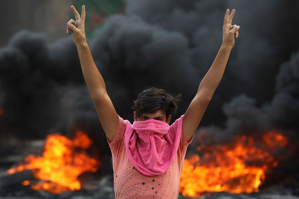 Bağdat'ta yapılan hükümet karşıtı eylemlere katılan göstericilerden biri.