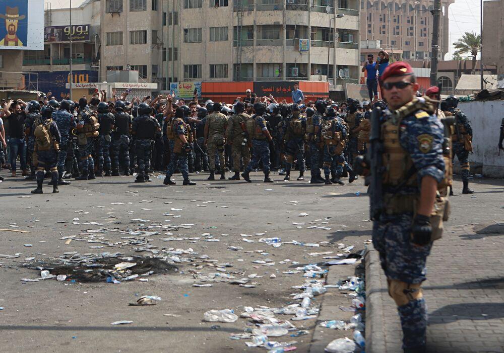Irak'ın güneyindeki Zikar vilayetinde düzenlenen gösterilerde ayrıca bir polisin hayatını kaybettiği, onlarca kişinin ise yaralandığı belirtildi. Bazı yaralıların durumunun ağır olduğu ifade ediliyor.