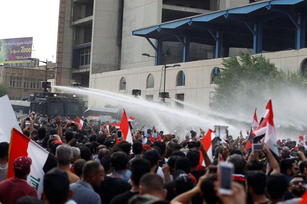 Güvenlik güçlerinin Zikar Vilayet Meclisi içinde ve önünde toplanan göstericileri dağıtmak için tazyıkli gerçek mermi kullandığı aktarıldı.