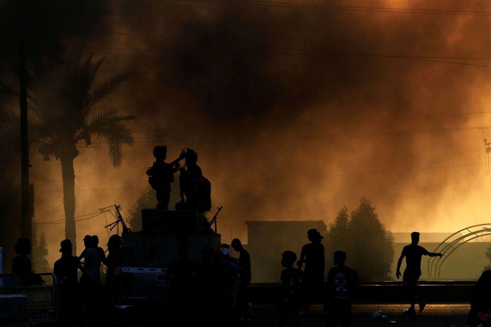 Irak Başbakanı Adil Abdulmehdi yaptığı yazılı açıklamada, başkent Bağdat'ta 'güvenlik güçlerine, kamu ve özel mülklere saldırılar düzenleyen provokatörlerden göstericileri, kamu düzeni ve iç güvenliği korumak için geniş kapsamlı sokağa çıkma yasağı talimatı' verdiğini belirtti, ancak göstericilerin hala sokaklarda olduğuna dikkat çekiliyor.