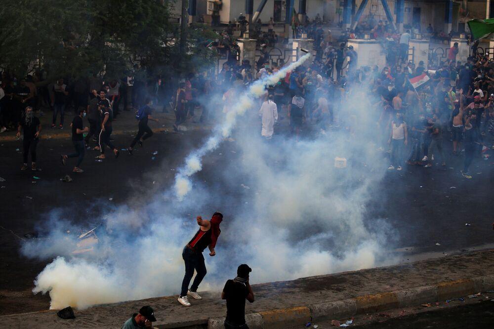 Irak Savunma Bakanlığı, hükümet karşıtı gösteriler nedeniyle kamu kurumları ve diplomatik temsilcilikleri korumak üzere tüm birimlerini alarma geçirdi.