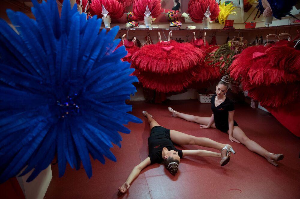 Moulin Rouge dansçıları esneme hareketleri yaparken.