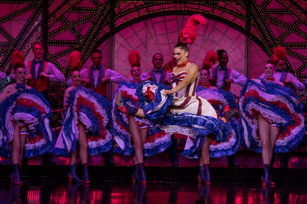 """12 yıldır kabarede olan ve kankan solosu yapan Olga Khokhlova, """"Sahnedeki adrenalini seviyorum. Değirmen, tutkumu sonuna kadar yaşadığım büyüleyici bir yer. Sahnedeyken, burayı 130 yıl boyunca Moulin Rouge yapan ünlü dansçıların varisi olduğumu biliyorum"""" diyor."""