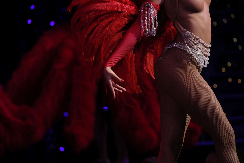 Ancak Moulin Rouge, ilgi ve beğeni kadar tepki de alıyor. Pek çok kesim, sahneye yarı çıplak ya da 'yok denecek kadar az' kostümlerle çıkan kadın dansçıların nesneleştirildiği eleştirisinde bulunuyor. 2014 yılında Moulin Rouge'un 125. yaş kutlamalarında iki FEMEN aktivisti kabarenin çatısına çıkmış ve kadın bedeninin satılık olmadığını belirterek bir protesto gerçekleştirmişti.