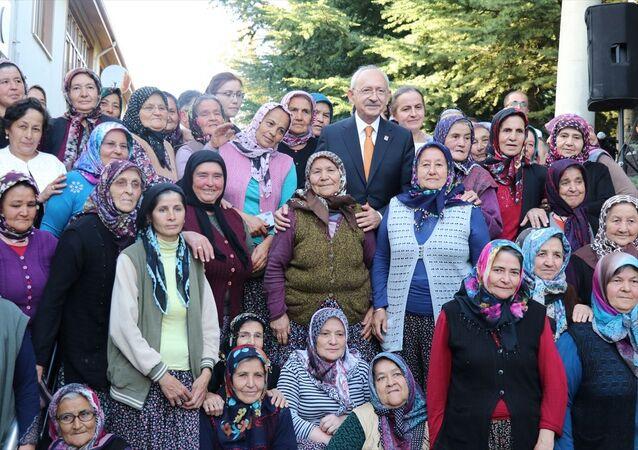 CHP Genel Başkanı Kemal Kılıçdaroğlu, Bolu'nun Kıbrıscık ilçesini ziyaret etti. Kılıçdaroğlu, ilçedeki kadınlarla hatıra fotoğrafı çektirdi.