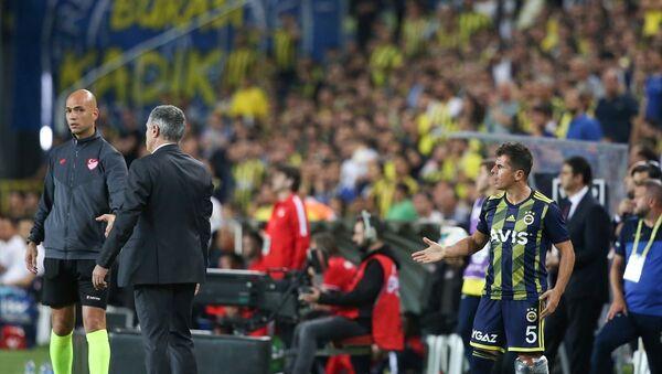 Fenerbahçe, Süper Lig'in 7. haftasında Antalyaspor ile Ülker Stadı'nda karşılaştı. Hakem Yaşar Kemal Uğurlu, yedek kulübesinde otururken dördüncü hakem ile tartışan Emre Belözoğlu'na (5) sarı kart gösterdi. - Sputnik Türkiye