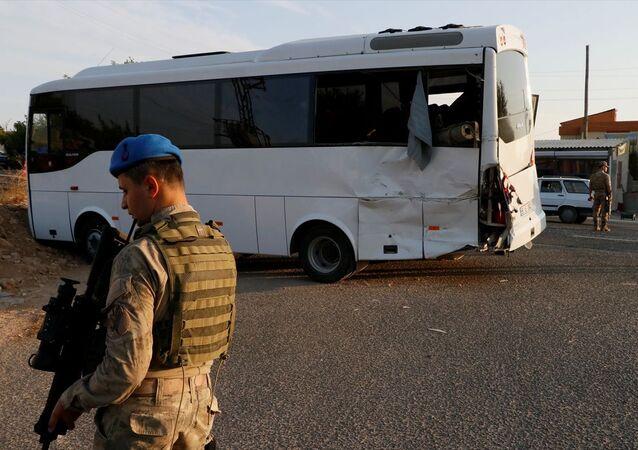Şanlıurfa'da askeri midibüs ile tırın çarpışması sonucu 15 asker yaralandı.