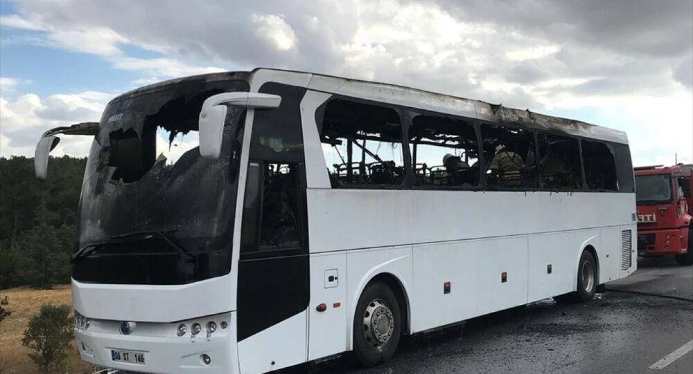 Uşak'ta, Ankara-İzmir otoyolunda, içinde yolcusu bulunmayan özel tur otobüsünde çıkan yangın söndürüldü.