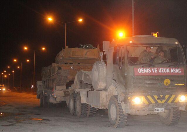 Şanlırfa 20. Zırhlı Tugay Komutanlığı'ndan hareket eden 10 TIR üzerindeki zırhlı araçlar ile içi asker dolu 8 otobüs Suriye sınırındaki Akçakale ilçesine sevk edildi.