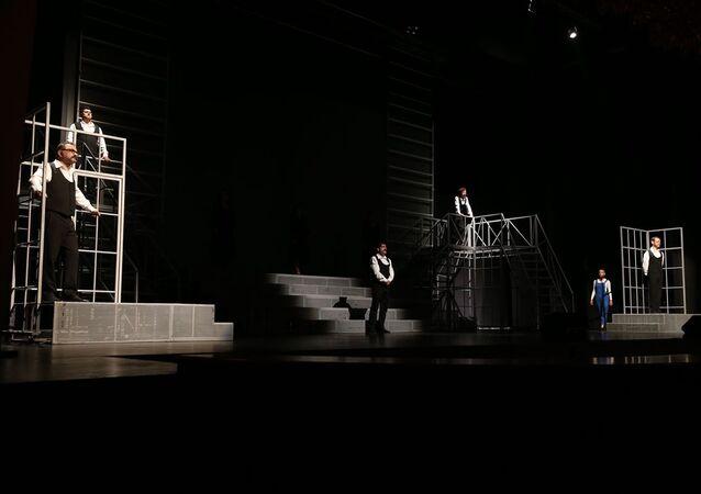 Eskişehir Şehir Tiyatroları ve Senfoni Orkestrasının Zülfü Livaneli'nin şarkılarından yola çıkarak hazırlandığı Böyledir Bizim Sevdamız adlı müzikal seyirciyle buluştu.
