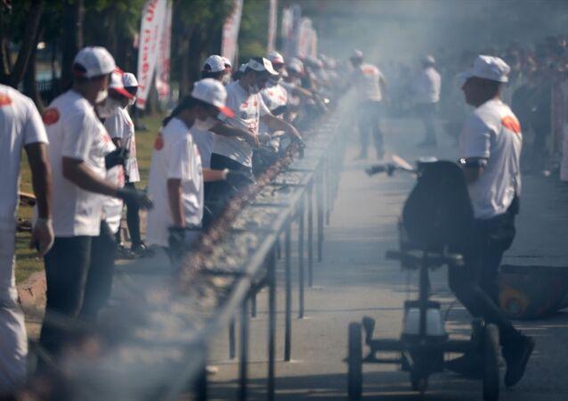 Adana'da 3. Lezzet Festivali'nde, Guinness Rekorlar Kitabı'nda yer alan ve 194,5 metre ile Çin Halk Cumhuriyeti'ne ait olan tek şişte et pişirme rekoru 233,6 metreyle kırıldı.