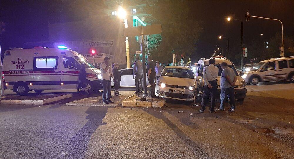 Adıyaman'da hasta taşıyan ambulansa yol vermek isteyen hafif ticari araç ile otomobilin çarpışması sonucu 1 kişi yaralandı.