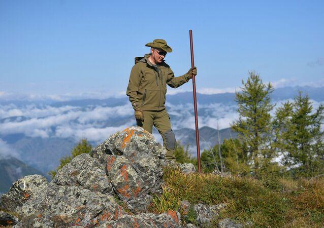 """Yürüyüş sırasında tırmandığı dağın 2 bin metre yükseklikte olduğunu belirten Putin, """"Bulutlardan daha yüksek, çok daha yüksek… Bulutlardan daha yüksek bir yere tırmandık"""" dedi."""
