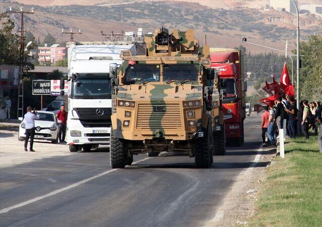 Türk Silahlı Kuvvetleri (TSK) tarafından Suriye sınırındaki askeri birliklere askeri araç ve zırhlı personel taşıyıcılar ile komando takviyesi yapıldı.