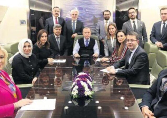 Cumhurbaşkanı Recep Tayyip Erdoğan, Sırbistan dönüşünde Star Haber Genel Yayın Yönetmeni Nazlı Çelik'in de aralarında bulunduğu gazetecilerin sorularını yanıtladı.