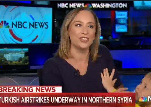 ABD'li NBC kanalında Türkiye'nin Fırat'ın doğusunda yürüttüğü Barış Pınarı Harekâtı'na dair son gelişmelerin aktarıldığı canlı yayını, sunucunun dört yaşındaki oğlu bastı.