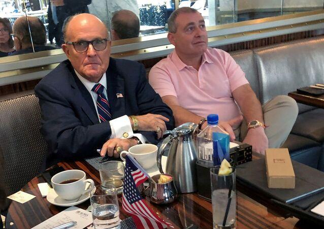 Rudy Giuliani ile Lev Parnas (sağda), Washington'daki Trump International Hotel'de kahve içerken