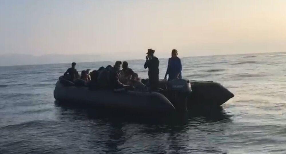 Kuşadası Körfezi'nde sahil güvenlik ekiplerinin gerçekleştirdiği iki ayrı operasyonda Yunanistan'ın Sisam adasına kaçmaya çalışan 40'ı çocuk, 19'u kadın toplam 81 sığınmacı yakalandı.