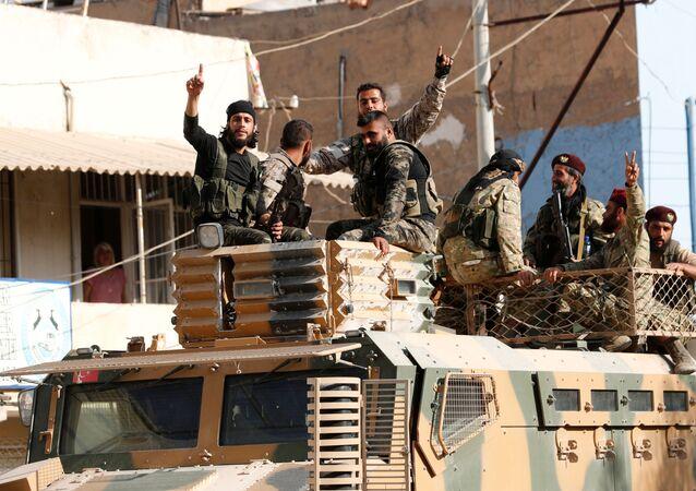 Ankara'nın biraraya getirdiği Suriye Milli Ordusu'ndaki ÖSO unsurları, zırhlı araçla  Şanlıurfa'nın Ceylanpinar kasabasında ilerlerken