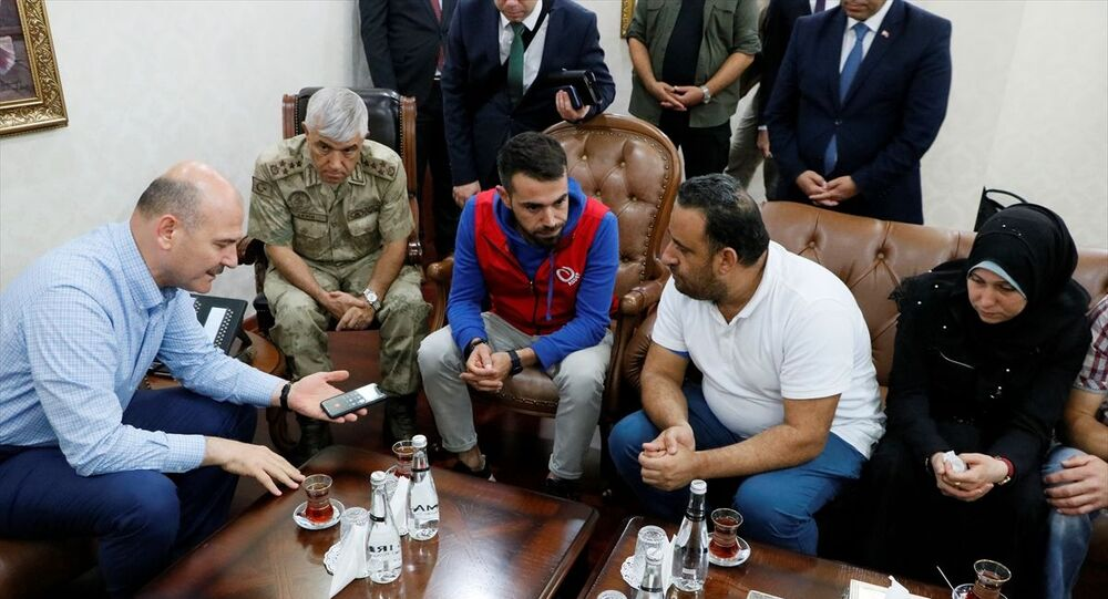 İçişleri Bakanı Süleyman Soylu, Akçakale ilçesindeki ziyaretlerinin ardından, havan saldırısında hayatını kaybeden 9 aylık Suriyeli Muhammed bebeğin ailesiyle görüştü. Aileye başsağlığı dileyen Soylu, Cumhurbaşkanı Erdoğan'ı telefonla arayarak aileyle konuşturdu.