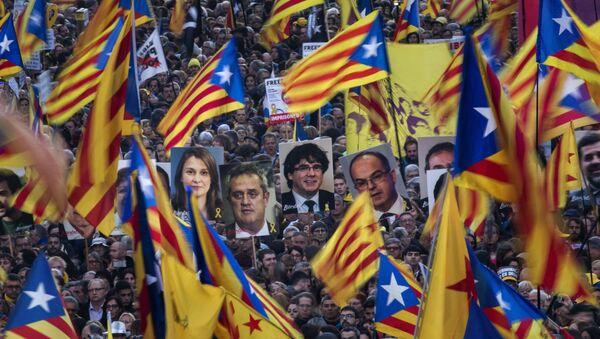 Katalonya'da bağımsızlık yanlısı eylemciler, Katalan liderlerin hapsedilmesini protesto etti.  - Sputnik Türkiye