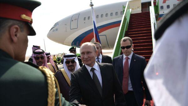 Rusya Devlet Başkanı Vladimir Putin, 2007'den beri ilk kez ziyaret edeceği Suudi Arabistan'a iniş yaptı. Rus lider havalimanında törenle karşılandı. - Sputnik Türkiye