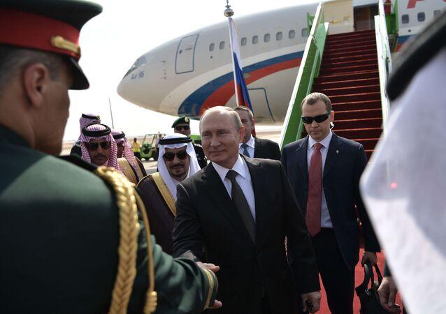Rusya Devlet Başkanı Vladimir Putin, 2007'den beri ilk kez ziyaret edeceği Suudi Arabistan'a iniş yaptı. Rus lider havalimanında törenle karşılandı.